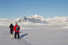 Chercheurs qui vont skier dans l'ANTARCTIQUE d'hiver Image stock