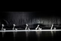 """Cherchez la survie chez le couture-homme dans un  de shelter†de dance""""No du ` s d'ensemble-Huang Mingliang images libres de droits"""