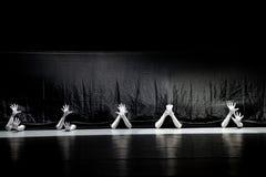 """Cherchez la survie chez le couture-homme dans un  de shelter†de dance""""No du ` s d'ensemble-Huang Mingliang Image stock"""
