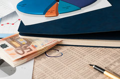 Cherchez un meilleur investissement de marché boursier image libre de droits