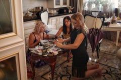Cherepovets im Juli 2018 junge Mädchen am Tisch mit Verzierungen, überprüfen und versuchen an Ringe und Armbänder Lizenzfreie Stockfotos