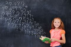 Cherful encoereged a la muchacha de la edad de escuela primaria Imagen de archivo libre de regalías