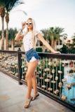 Cherful młoda seksowna kobieta w kurorcie, wakacje wakacje, stać, pozuje obok basenu Obrazy Stock