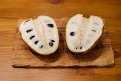 Cherimoya, een interessant fruit met heel wat zaden stock afbeelding