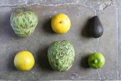Cherimoyaapelsiner och limefrukt Arkivfoton