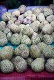 Cherimoyafrucht Annona squamosa auf Tabelle für Verkauf im Markt Stockfotos