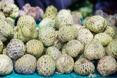 Cherimoyafrucht Annona squamosa auf Tabelle für Verkauf im Markt Stockfoto
