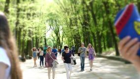 Cherkasa, Ucraina 1° maggio 2018: Giorno di estate nel parco pubblico della città del pino, folla della gente che cammina attrave video d archivio