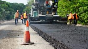 CHERKASSY REGION, UKRAINA - MAJ 31, 2018: reparation av en huvudväg, vägbyggnationer Arbetare lägger asfalt Det finns stock video