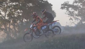CHERKASSY, UCRÂNIA - JULAY 7 2017: cavaleiro no treinamento do motocross dos motociclista antes das competições Ucrânia, Cherkass Fotografia de Stock Royalty Free
