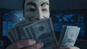 Cherkassy, Ucrania, el 4 de enero de 2019: anónimo en la máscara de Guy Fawkes cuenta de nuevo cuentas de los dólares ganados cor almacen de metraje de vídeo