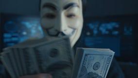 Cherkassy, Ucrania, el 4 de enero de 2019: anónimo en la máscara de Guy Fawkes cuenta de nuevo cuentas de los dólares ganados cor almacen de video