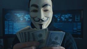 Cherkassy, Ucrania, el 4 de enero de 2019: anónimo en la máscara de Guy Fawkes cuenta de nuevo cuentas de los dólares ganados cor metrajes