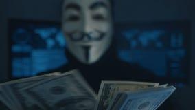 Cherkassy, Ucrania, el 4 de enero de 2019: anónimo en la máscara de Guy Fawkes cuenta de nuevo cuentas de los dólares ganados par metrajes