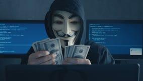 Cherkassy, Ucrania, el 10 de enero de 2019: El pirata informático anónimo en la máscara de Guy Fawkes cuenta de nuevo cuentas de  almacen de video
