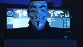 Cherkassy, Ucrania, el 4 de enero de 2019: El pirata informático anónimo en la máscara de Guy Fawkes muestra el pulgar para arrib almacen de video