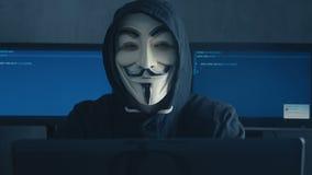 Cherkassy, Ucrania, el 10 de enero de 2019: Pirata informático peligroso anónimo en la máscara de Guy Fawkes Showing Fuck You en  almacen de metraje de vídeo