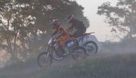 CHERKASSY UKRAINA - JULAY 7 2017: ryttare på motocrossutbildning av motorcyklister för konkurrenser Ukraina, Cherkassy Royaltyfri Fotografi