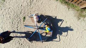 Cherkasy, Ουκρανία, στις 17 Οκτωβρίου 2018: Το Mom κυλά στον εύθυμος-πηγαίνω-κύκλο των μικρών παιδιών της, ένα αγόρι και ένα κορί φιλμ μικρού μήκους