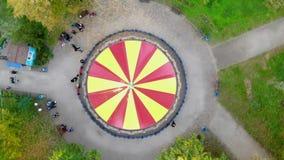 Cherkasy, Украина, 17-ое октября 2018: Красочный, красный и желтый carousel, масленица веселая идет круг, в парке осени акции видеоматериалы