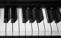 Cherkasy, CA-JAN 31, 2016: Dichte omhooggaand van het Akordembleem Het klassieke van letters voorzien boven de pianosleutels van  Stock Foto's