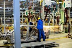 Cherkasy, de Oekraïne - Juni 17, 2013: De productielijn voor de assemblage van nieuwe voertuigen Stock Afbeeldingen