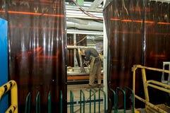 Cherkasy, de Oekraïne - Mei 29, 2012: Workshop waar de auto's fabriek schilderen Stock Foto's