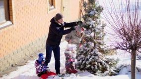 CHERKASY-REGION, UKRAINA, DECEMBER 25, 2018: vinter frostig, snöig solig dag Lycklig familj med små barn stock video