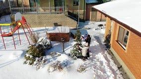 CHERKASY region, UKRAINA, GRUDZIEŃ 25, 2018: aero, widok z góry zima śnieżna, mroźny, słoneczny dzień szczęśliwa rodzina 4 zbiory