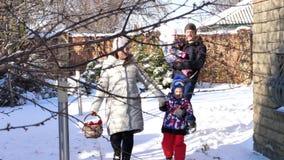 CHERKASY region, UKRAINA, GRUDZIEŃ 25, 2018: zima śnieżna, mroźny, słoneczny dzień szczęśliwa rodzina 4 iść dekorować zbiory