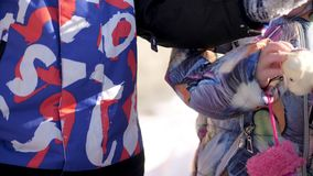 CHERKASY region, UKRAINA, GRUDZIEŃ 25, 2018: zima śnieżna, mroźny, słoneczny dzień Szczęśliwa rodzina z małymi dziećmi zbiory wideo