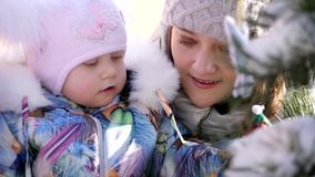 CHERKASY region, UKRAINA, GRUDZIEŃ 25, 2018: zima śnieżna, mroźny, słoneczny dzień Szczęśliwa rodzina z małymi dziećmi zdjęcie wideo