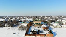 CHERKASY region, UKRAINA, GRUDZIEŃ 25, 2018: zima, śnieżyste ulicy, domy Mroźny słoneczny dzień aero, widok od zbiory wideo