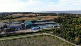 CHERKASY region, UKRAINA, WRZESIEŃ 17, 2018: duża jabłczana kocowanie roślina, przedsięwzięcie, fabryka po środku pola dużo zdjęcie wideo