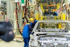 Cherkasy, Ucrania - 17 de junio de 2013: La nueva cadena de producción para el montaje de coches con el equipo moderno Imagenes de archivo