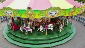 Cherkasy, Ucrania, el 17 de octubre de 2018: el carrusel con los caballos, caballos en un carnaval feliz va ronda, en parque de l almacen de video