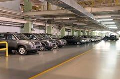 Cherkasy Ukraina, Maj, - 29, 2012: Nowy, ostatnio pochodzący od konwejerów samochodów stoi z rzędu tonowanie Zdjęcie Stock
