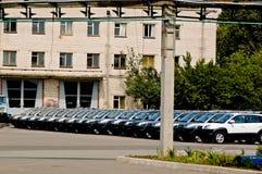 Cherkasy Ukraina, Maj, - 29, 2012: Nowy, ostatnio pochodzący od konwejerów samochodów stoi z rzędu tonowanie Obrazy Stock