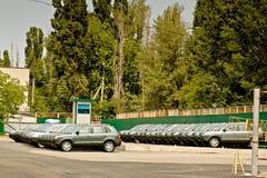 Cherkasy Ukraina, Maj, - 29, 2012: Nowy, ostatnio pochodzący od konwejerów samochodów stoi z rzędu tonowanie Zdjęcie Royalty Free