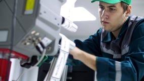 CHERKASY UKRAINA, SIERPIEŃ, - 24, 2018: pracownik zmian papieru rolka z ocechowanie majcherami na klejenia etykietowania maszynie zbiory wideo