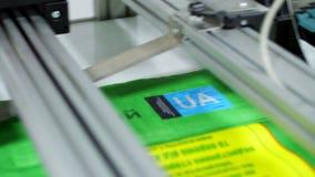 CHERKASY, UKRAINE - 24. AUGUST 2018: Schließen Sie oben, Druckmaschine während des Druckverfahrens von Paketen für Korn stock footage