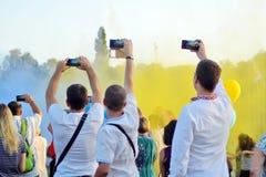Cherkasy, Ukraine, le 24 août 2018 - le festin du Holi en parc, homme trois prendre des vacances aux téléphones portables image libre de droits