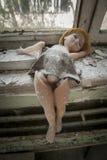 Chernóbil - muñeca colocada cerca de una ventana Imagenes de archivo