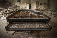 Chernóbil - primer de un piano viejo en un auditorio Fotos de archivo libres de regalías