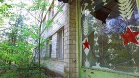 Chernóbil Pripyat abandonó la comisaría de policía y puertas quebradas metrajes