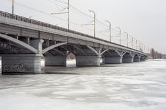 Chernavskiy桥梁,沃罗涅日,冬天都市风景,拷贝空间 免版税库存图片