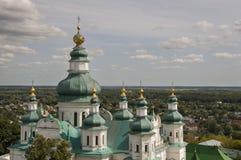 Chernigov, de Oekraïne 15 augustus, 2017 Christelijke orthodoxe witte kerk met groene koepels en gouden kruisen Mening van hoogte Royalty-vrije Stock Afbeeldingen