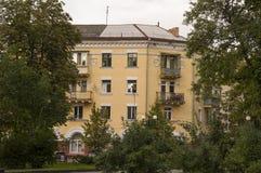 Chernigov, de Oekraïne 15 augustus, 2017 Kleine gebouwen en straten Modern multi-storeyed de bouw Mening Royalty-vrije Stock Afbeelding