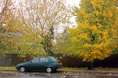 Chernigov, de Oekra?ne - Oktober, 2017; Zaz Slavuta Mooie de herfstfoto Auto op de achtergrond van de herfst royalty-vrije stock fotografie