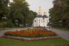 Chernigov, de Oekraïne 15 september, 2017 Christelijke orthodoxe witte kerk met grijze koepels en gouden kruisen Park met Bloemen Stock Afbeeldingen